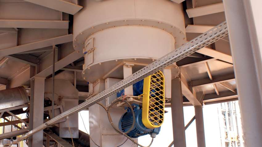 External view of the installed screw in a metal silo