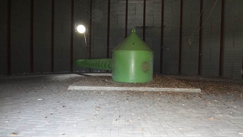 extraction screw installed in pre-existing vertical silo.