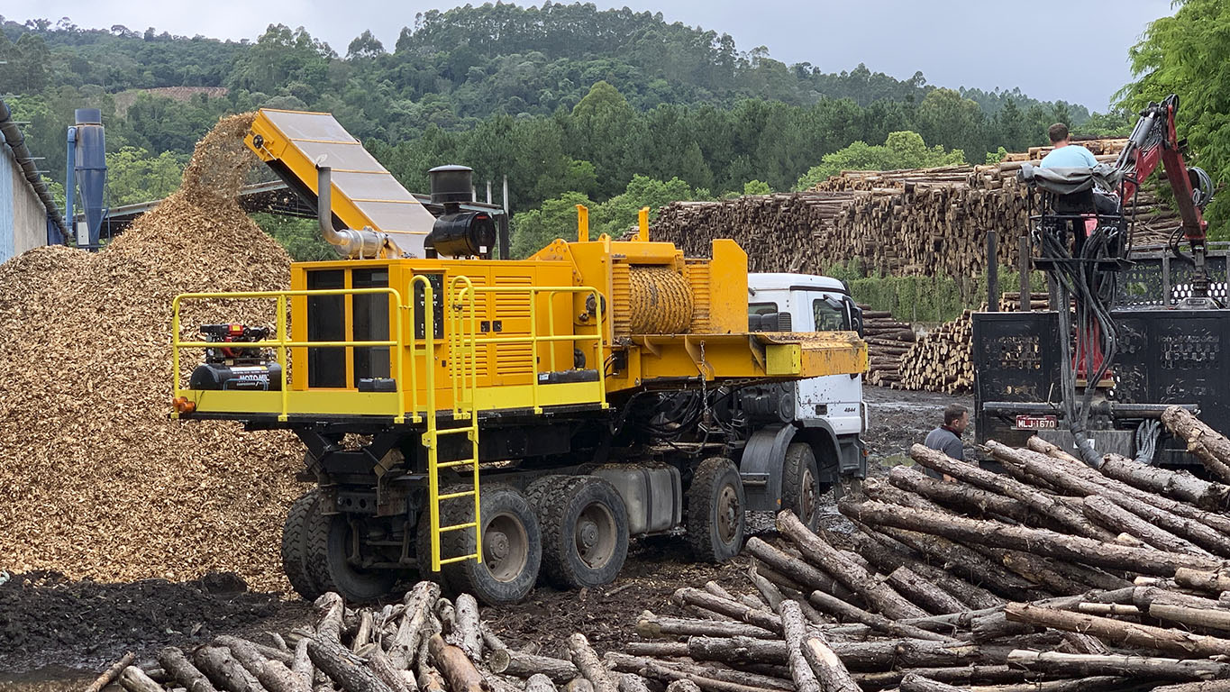 Extreme efficiency chipper with 611 HP engine