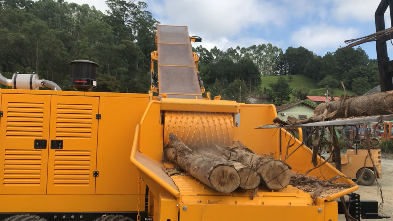 Forestry Chipper with traction roll and feeding mat