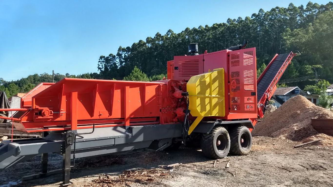 Heavy duty forestry chipper for extreme conditions