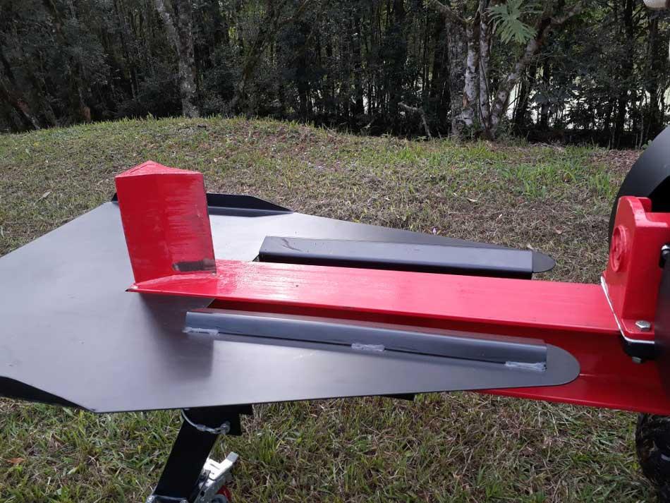 La mesa evita que el tronco partido no caiga al suelo