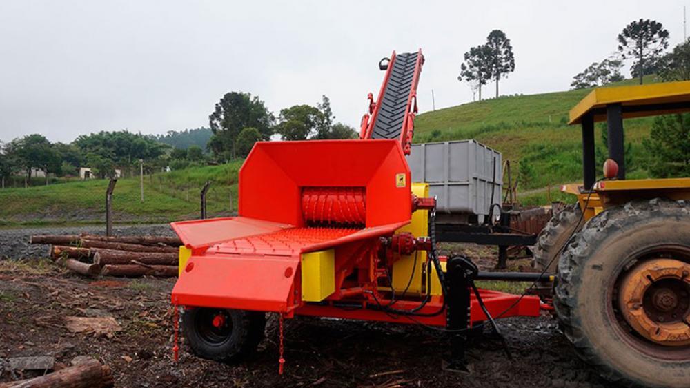Picador Florestal montado na transversal, em um exclusivo chassi que facilita o transporte.