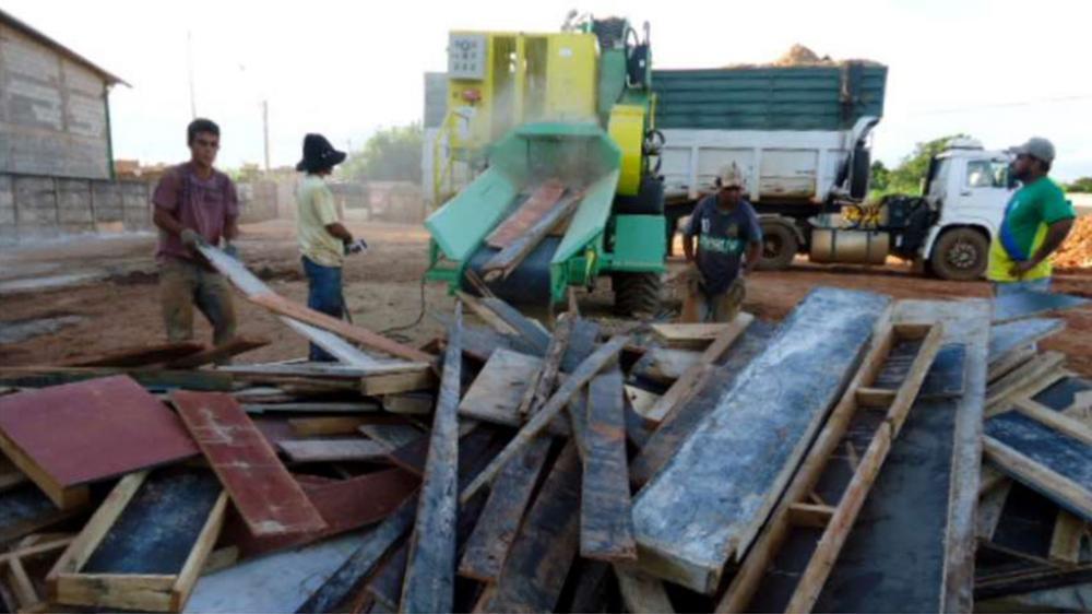 Picador para reciclagem de madeira em ação