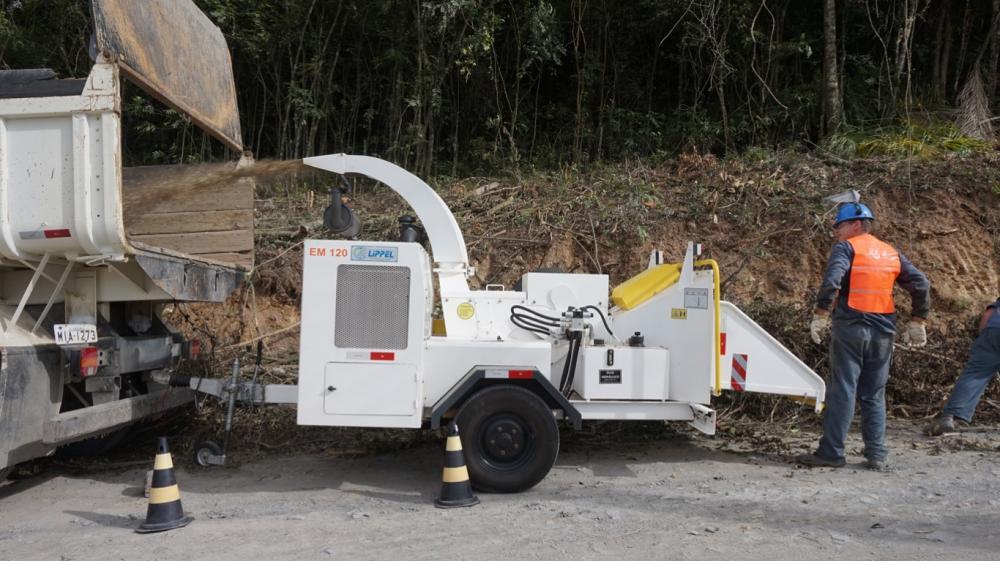É usado por empreiteiros, construtores, prefeituras, empresas de paisagismo e outros.