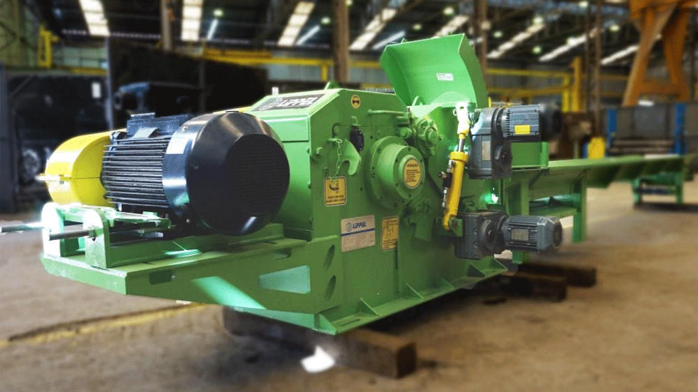 Powerful fixed wood chipper for high production of wood chips