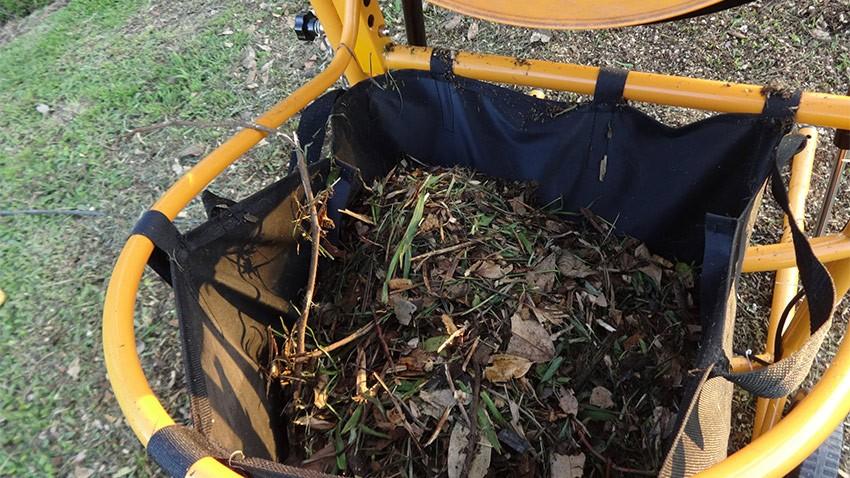 Resíduos de maior volume são separados sendo despejado na bolsa de coleta
