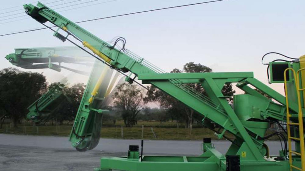 Retractable belt conveyor; facilitating transport of the chipper