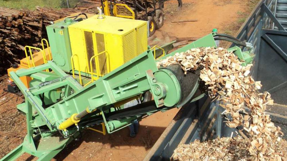 Retractable outfeed conveyor; facilitating transport of the chipper.
