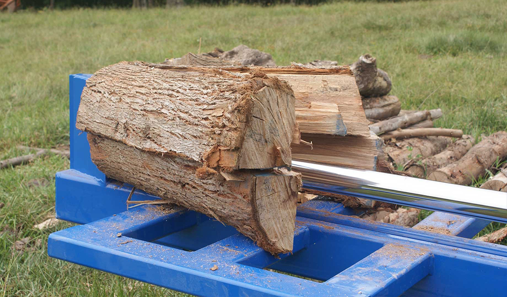 RTM 300 cutting wood into four parts