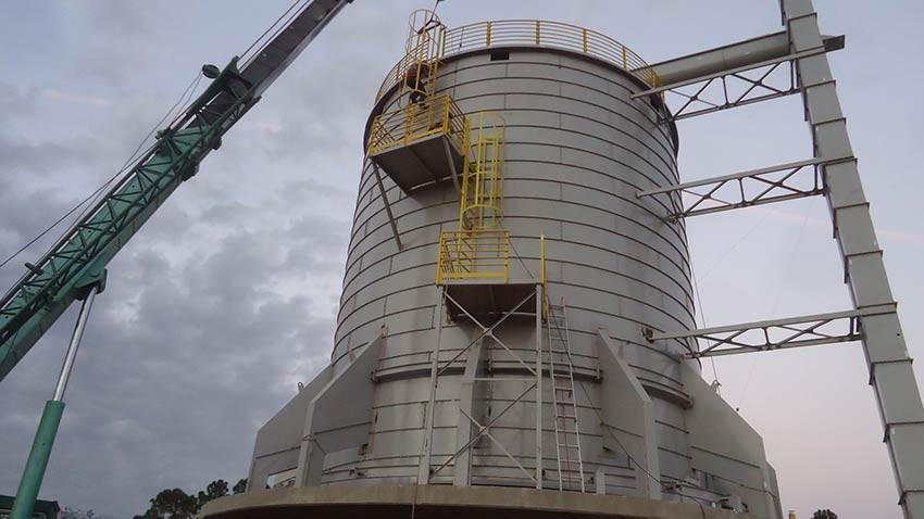 Silo de 1000 m³ com alimentação por elevador de canecos.
