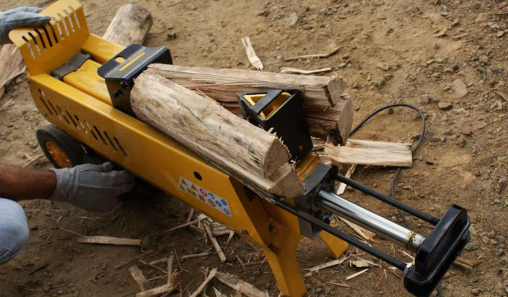 Splitting firewood in four parts