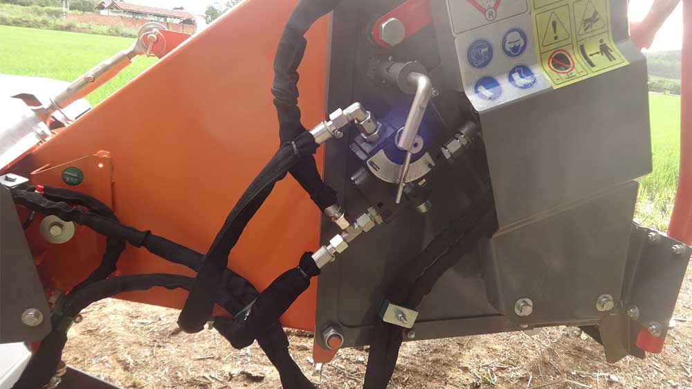 The hydraulic controller controlling the feed roller makes feeding speed adjustment making operation easier.