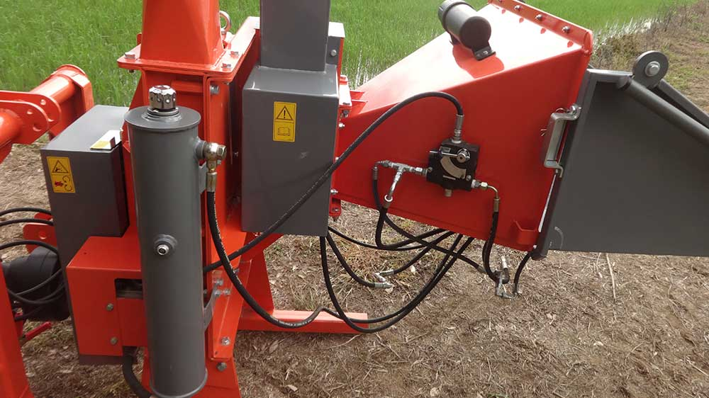 The hydraulic regulator that controls the feed roller makes feed rate adjustment more easily.
