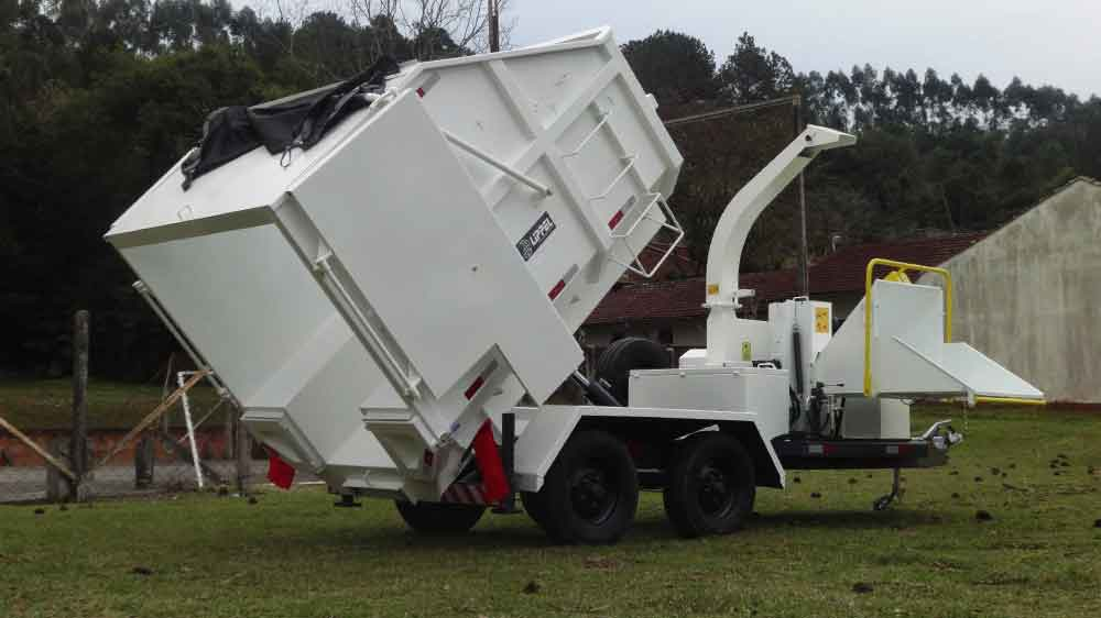 The trailer has two doors to view, control the humidity and the quality of the material crushed.