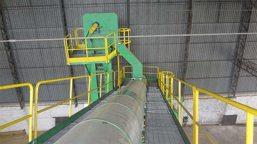 Top view of tankards lift. Unloading on the conveyor belt.
