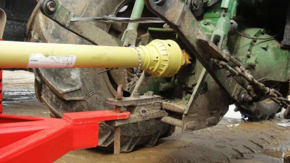 Triturador conectado a la toma de fuerza del tractor