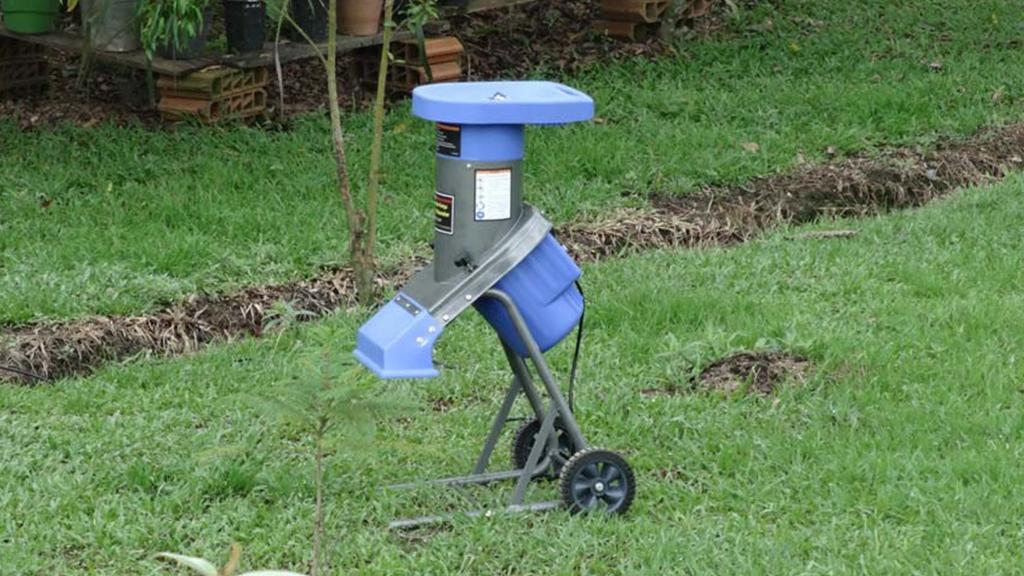 trituradora compacta ideal para pequeñas propiedades, aplastando restos de poda
