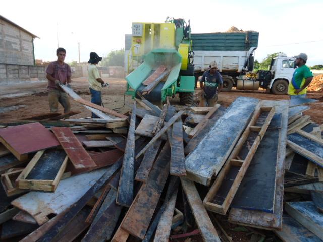 Trituradora de reciclaje de la madera en la acción