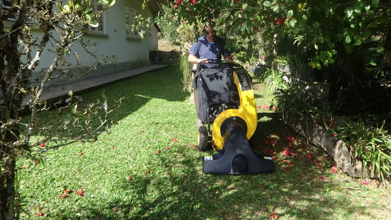 You can easily approach flower beds without damaging the vacuum cleaner or the flower bed