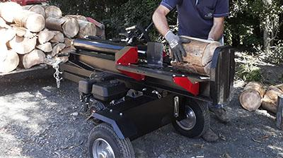 By splitting large diameter logs, becomes facilitated handling and processing of wood chips to generate, burns, etc.